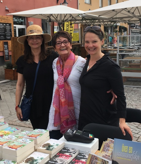 Jag, Birgitta Backlund och Cecilie Östby utanför Borgholms Bokhandel.