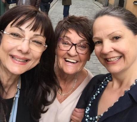 Selfie med Sverigeförfattarna Birgitta Backlund Andersson och Cecilie Östby under Kulturnatten på Karlström & Karlströms Galleri den 27/4-19