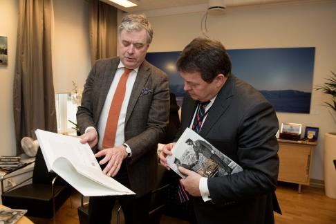 Boken Norges tack överlämnas den 2 mars 2017 av fondens direktör Mats Wallenius till Øystein Bø, statssekreterare i norska försvarsdepartementet. Bild Erling Eikli.