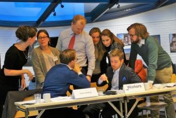 Vid träffen på Voksenåsen arbetar deltagarna i olika grupper kring internationella frågor.