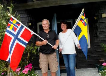 Författarna Anne Holt och Jan Guillou med respektive unionsflagga.