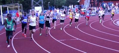 16 man i starten på B-heatet 800 meter!