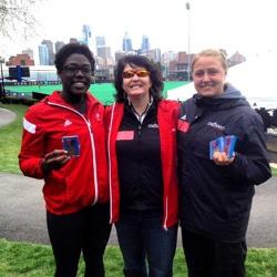 Frida med tränare och medaljer på Penn Relays