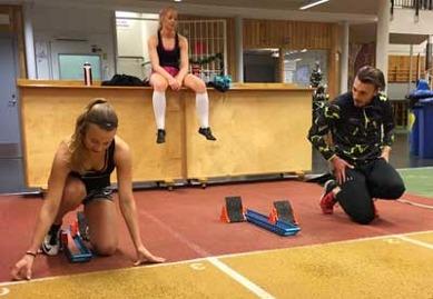 Alva och Charlotte får tips av Tom och coach Uffe står för fotandet