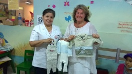Ann överlämnar barnkläder till barnsjukhuset La Mascota som ni har skänkt från Sverige