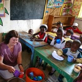 Ann köpt mat och bröd till barnen i slumen i  kibera Narobi