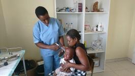 Give a helping hand följer med läkare och sjuksköterskor som undersöker och behandlar lokalbefolkningen ute på landsbyggden gratis under en dag i Zimbabwe. Pengar doneras till det lokal sjukhuset idag.