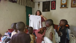Give a helping hand donnerar 100 dollar till Mums love Childrens home i Narobi, Kenya samt förmedlar drygt 23 kg kläder till de förärdrarlösa barnen.