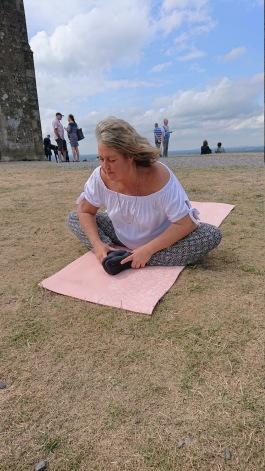 Ann Ahlgren Änglavingar håller ett Reiki Yoga pass på Glastonbury Tor, augusti 2019