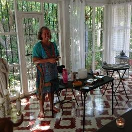 Ann undervisar i hennes Golden Star Healing Center .