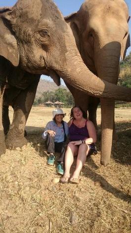 Ann har talat med många djur runt om i världen och ibland har de kontaktat henne och bett om hjälp. Lek och Ann i Thailand.