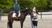 Karin älskar att rida. Hennes assitent hjälper till att göra det möjligt på hästen Miami och med ridinstruktör Sofie