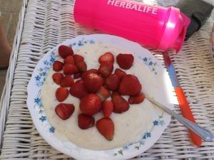 Solvarma jordgubbar på Cookies&Cream-yoghurt är en ljuvlig start på dagen