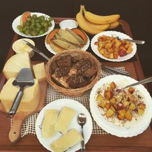 En typisk El Tabasco-frukost; frukt, yoghurt, mysli, bröd och goda ostar.