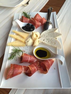 Härproducerad ost och Prsiutto-skinka med olivolja och balsamico till förrätt. Ljuvligt.