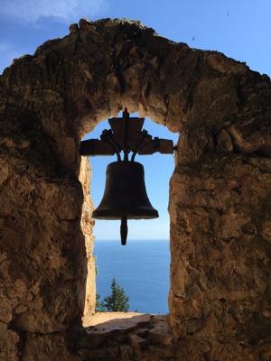 Grottan är ett gammalt kloster och kyrk-klockan hänger kvar. En oslagbar utsikt!