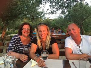 Goda vänner i solnedgången på Ranjak på Brac