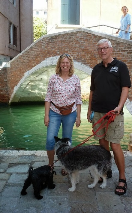 Marie och Ingemar 2012, med familjens hundar (tyvärr är inte hundarna med oss längre) , vid ett annat vattetndrag än Enångersån. Sedan juni 2016 har vi en ny familjemedlem, Cooper, på egen bild till höger