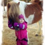Emmas systerdotter Elise 3år med sin Skjóna
