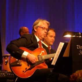 Gitarr. Leif Hedman. Bas. Tobias Redborn.