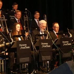 """En av konsertens många solister Jan Kupiec saxofon """"i mitten""""."""
