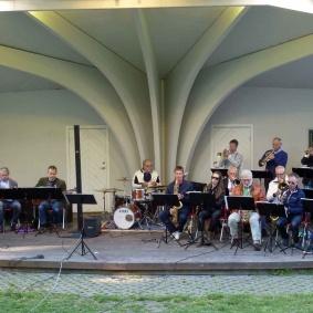 Västerviksstorband och Kulturskolans elever ger den årliga konserten i Stadsparken.