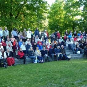 En stor och nöjd publik njöt  i solen av eleverna och storbandet.