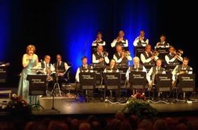 Ingrid Lindebratt och Västerviksstorband... på trummor i bakgrunden Arne Petersson och Magnus Karlsson