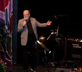 Ordförande Bruno Blomberg hälsade Babben Larsson Storbandet och publiken  välkomna