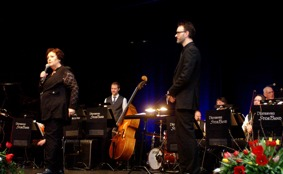 Babben Larsson och konsertens ledare och arrangör Mats Hålling