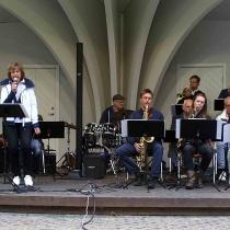 """Storbandets egen sångsolist : Ingrid Lindebratt första låt """" Licence to kill"""""""