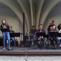 """Kvällens första solist från kulturskolan : Lovisa Bäckström i """" On the sunny side of the street"""""""