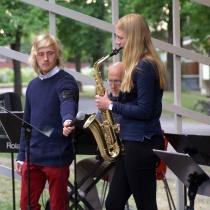 """Tillfällig """"mikrofonhållare"""" Bedjamin Fridell och Hanna Nilsson.."""