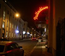 Palladium nattklubb i Västervik tar nya grepp med Västervikstorband. Tomt utanför men livligt innanför.