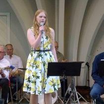 """Först ut på scenen var Katja Strandberg med """"Cry me a river"""""""