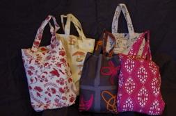 Väska i tyg. Finns i flera olika mönster. Sömnad på beställning i valfritt tyg eller skinn. Pris från 500 kr.