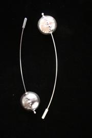 HSMÅ MED SPRÖT. Broscher, silver ca 2 cm i diameter plus 9 cm svans