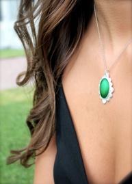 Modell Emmie Midefur med AMELIE grön
