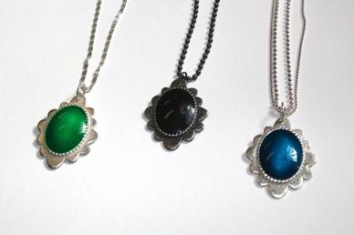 Halssband AMELIE 1600 kr, beställningsvara, görs i grön svart och blå