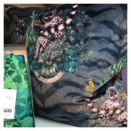 Kudde: ateljésydd i sammet från Clarke & clarke, kimono från Bassetti