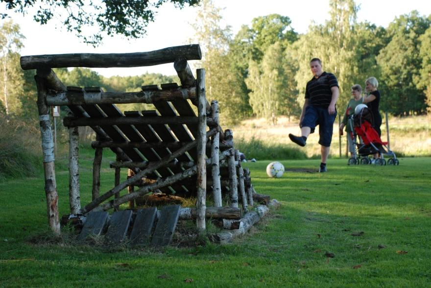 Jacuzzi & naturupplevelser bara några av alla aktiviteter så som skidåkning, fiske, golf,  bastu, badtunna, fotbollsgolf när du hyr vår stora & nybyggda timmerstuga i Våxtorp mellan Vallåsen & Laholm i Halland