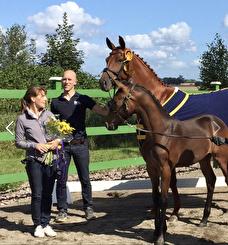 Anna, Martin och Dimma med sitt Championföl 2017 e. Ampere-Dimaggio