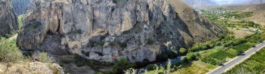 Arpadalen med grottöppningen till vänster i bild. Foto: Richard Holmgren