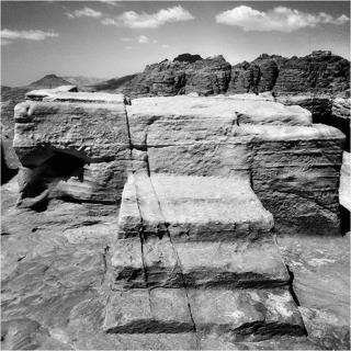 Petras största offeraltare med Arons heliga berg (svart) i bakgrunden