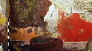 Pompejansk vägg med fresker som exponerats för väderelement i många decennier.