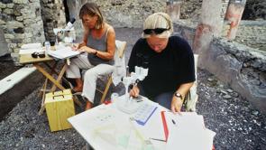 Konservator Agneta Freccero & Rebeca Kettunen arbetar med vägganalys.