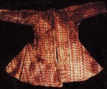En kappa som följt den döde i graven. Ett ypperligt exempel på de bevaringsförhållanden som väntar vid mötet med Tarims förflutna. Foto: Arkeologiska institutet i Xinjiang
