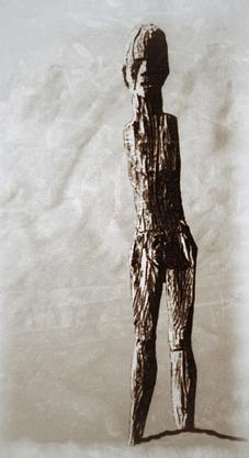 En av de mänskliga gestalter av trä, sannolikt en kvinna, som rests vid Ördek-nekropolen. Platsen utforskades redan på 1920-talet av Folke Bergman. Teckning: Richard Holmgren