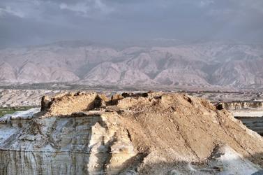 Kyrka, kapell och eremitbostäder ligger i steril öken - dock endast ett stenkast från odlad mark och bebyggelse. På bilden syns Dayr al-Qattar, sannolikt biskopssätet Sodoma