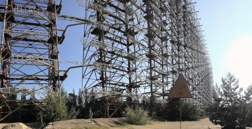 """Duga-1, en jättelik radar ståendes i Tjernobyls skogar, även kallad den """"ryska hackspetten"""" efter sin upprepande och störande ljudsignal. Anläggningen skulle upptäcka kärnvapenmissiler från väst. Foto: Richard Holmgren"""